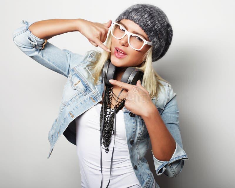 Ung blond kvinna som bär tillfällig kläder, hipsterstil royaltyfria foton