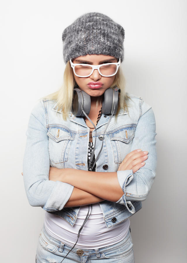 Ung blond kvinna som bär tillfällig kläder, hipsterstil arkivfoton