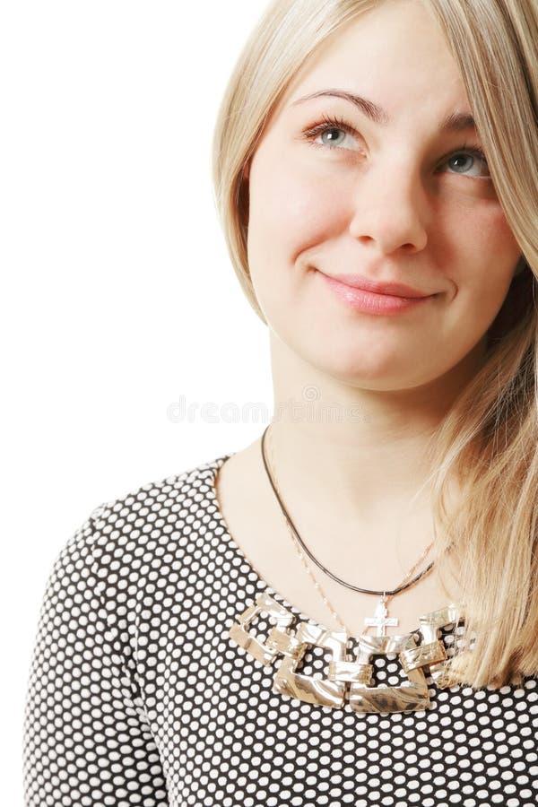 Blond kvinna som ser upp mot vit arkivfoto