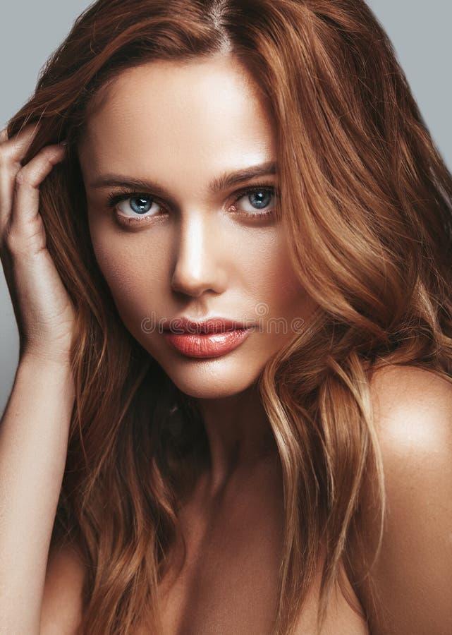 Ung blond kvinnamodell med naturlig makeup arkivbild