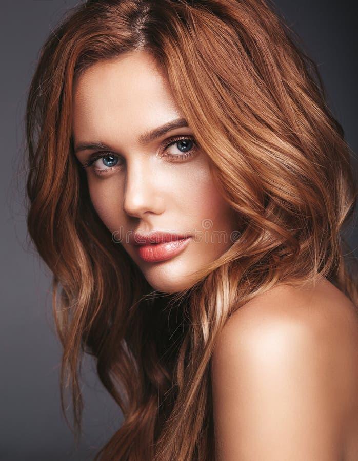 Ung blond kvinnamodell med naturlig makeup royaltyfri foto