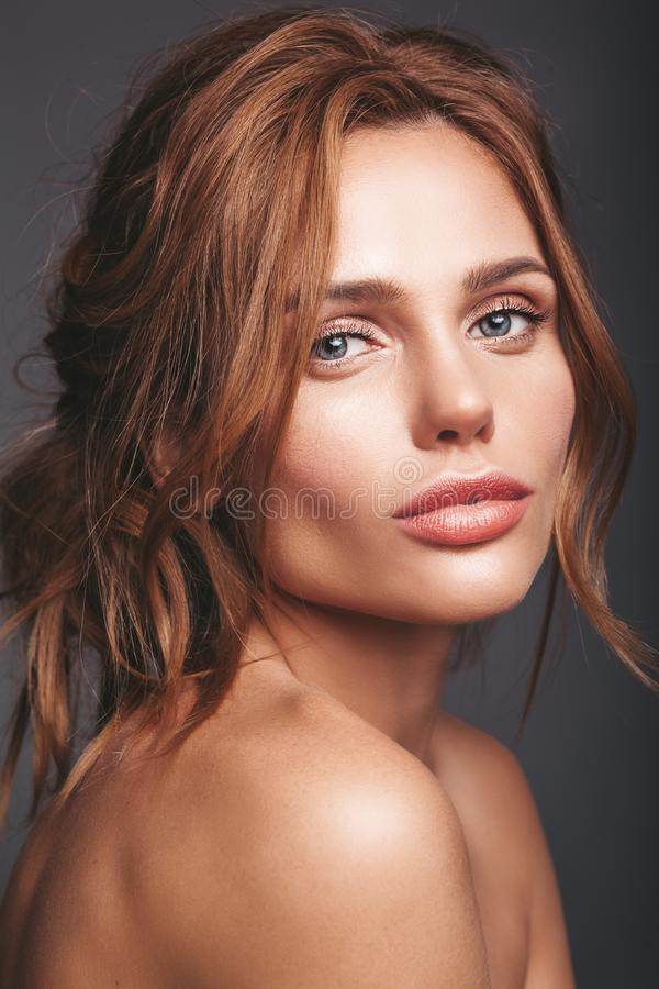 Ung blond kvinnamodell med naturlig makeup arkivbilder