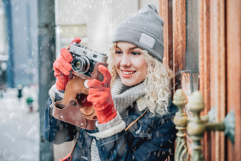 Ung blond lockig kvinnlig som skjuter en foto arkivbild