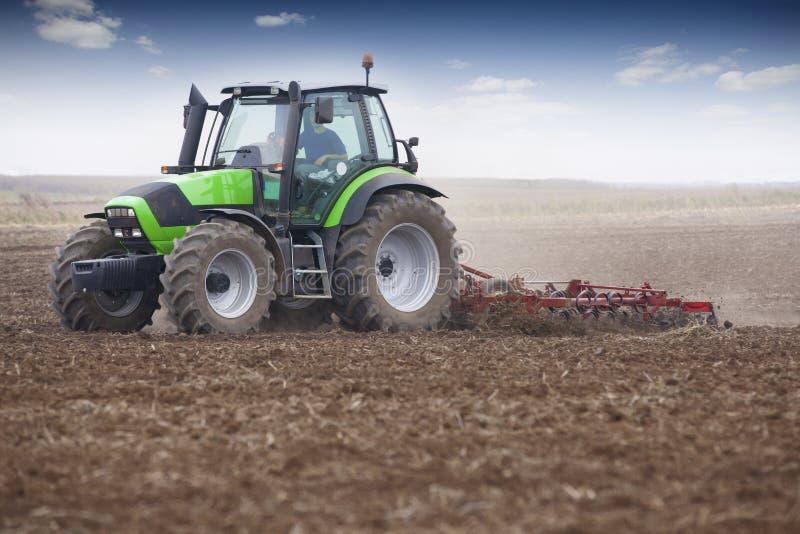 Ung bonde i traktor fotografering för bildbyråer