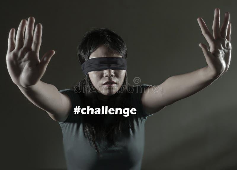 Ung borttappad och förvirrad spela för farlig internet virus- utmaning för förskräckt och bunden för ögonen på asiatisk kinesisk  arkivbild