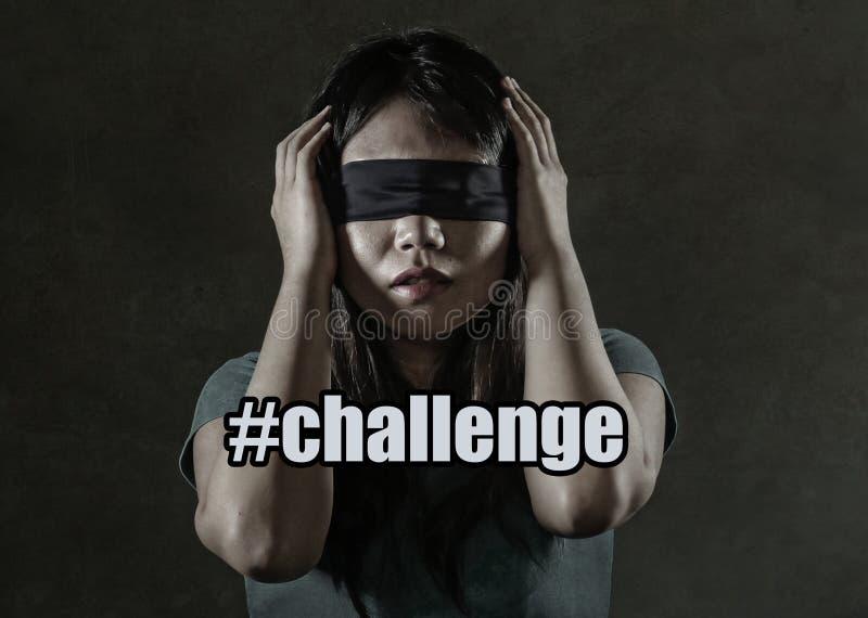 Ung borttappad och förvirrad spela för farlig internet virus- utmaning för förskräckt och bunden för ögonen på asiatisk koreansk  fotografering för bildbyråer
