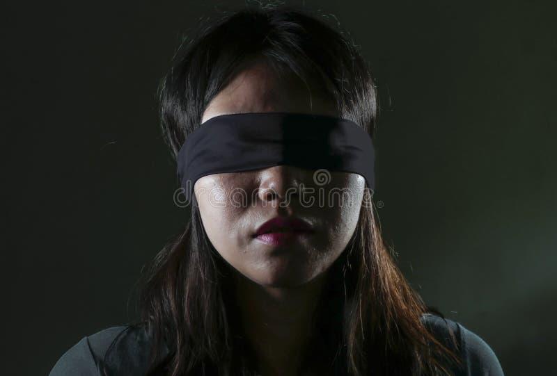 Ung borttappad och förvirrad spela för farlig internet virus- utmaning för förskräckt och bunden för ögonen på asiatisk koreansk  royaltyfria foton