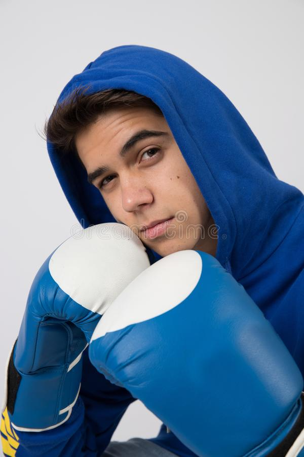 Ung boxare som poserar i en fotostudio arkivfoto