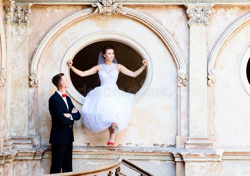 Ung brud och brudgum bröllop för tappning för klädpardag lyckligt royaltyfria bilder