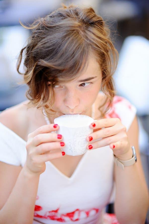 Ung brud som dricker kaffe under hennes bröllopdag arkivfoton