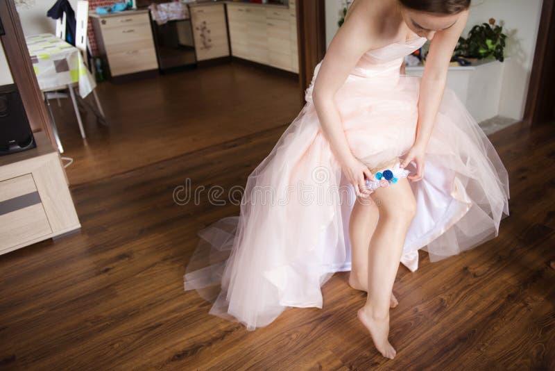 Ung brud som får klädd royaltyfria foton