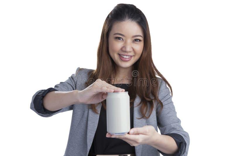 Ung brunettaffärskvinna som framlägger en can av läsken arkivbild