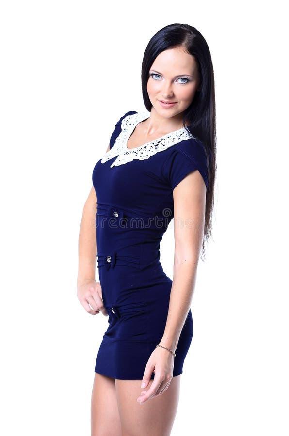 Ung brunettdam, i att posera för blåttklänning fotografering för bildbyråer