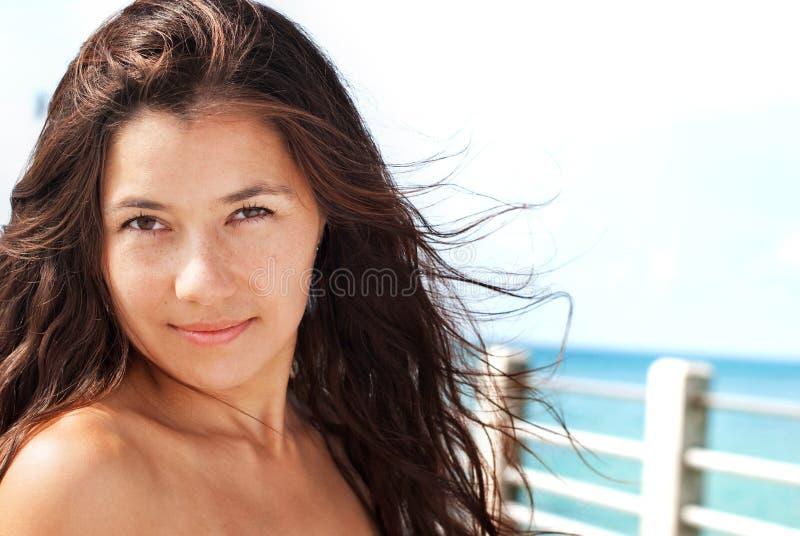 Ung brunettflicka med hår som blåser i vinden fotografering för bildbyråer