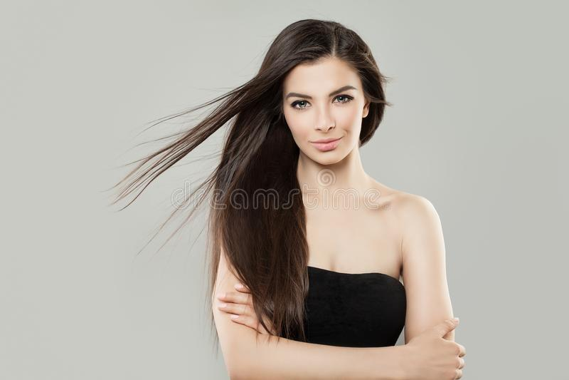 Ung brunettkvinna med den bruna hårståenden royaltyfria foton