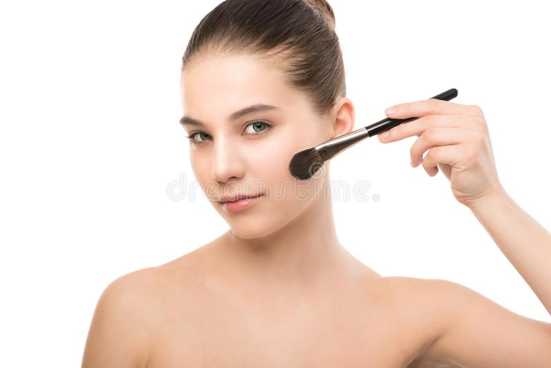 Ung brunettkvinna med den rena framsidan Perfekt hud för flicka som applicerar den kosmetiska borsten kvast isolerad white royaltyfria foton