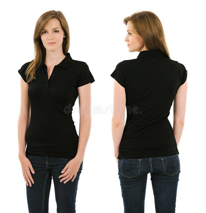 Ung brunettkvinna med skjortan för mellanrumssvartpolo royaltyfri foto