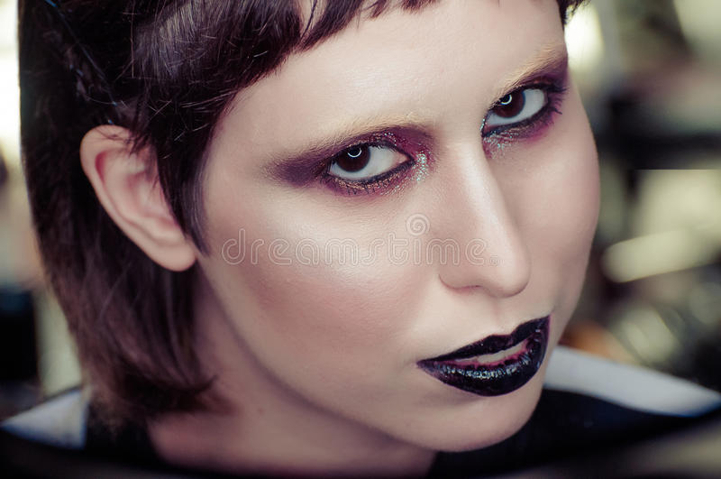 Ung brunettkvinna med stigande blick för svarta kanter in camera grunt djupfält fotografering för bildbyråer
