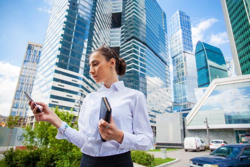 Ung brunettkvinna som stannar till telefonen arkivbilder