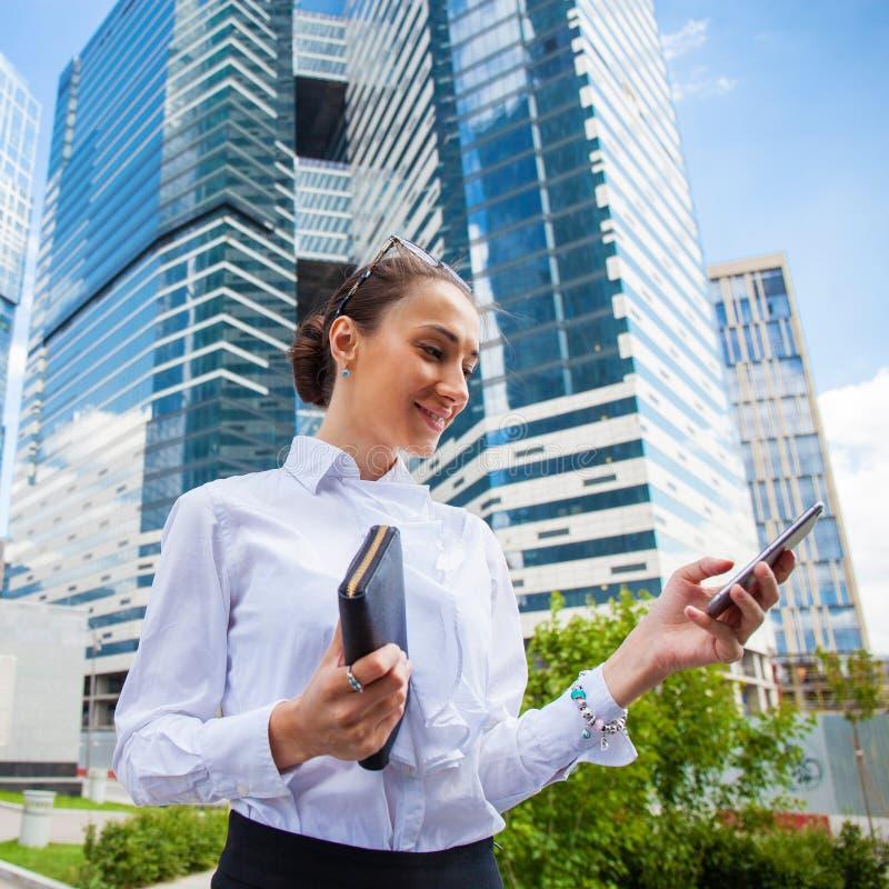 Ung brunettkvinna som stannar till telefonen royaltyfri bild