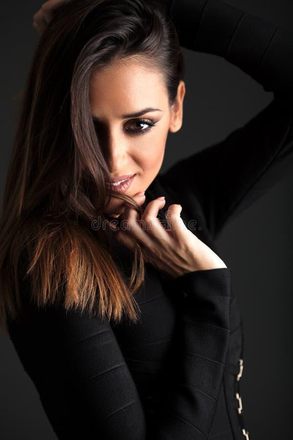 Ung brunettmodell som poserar i studio arkivfoton
