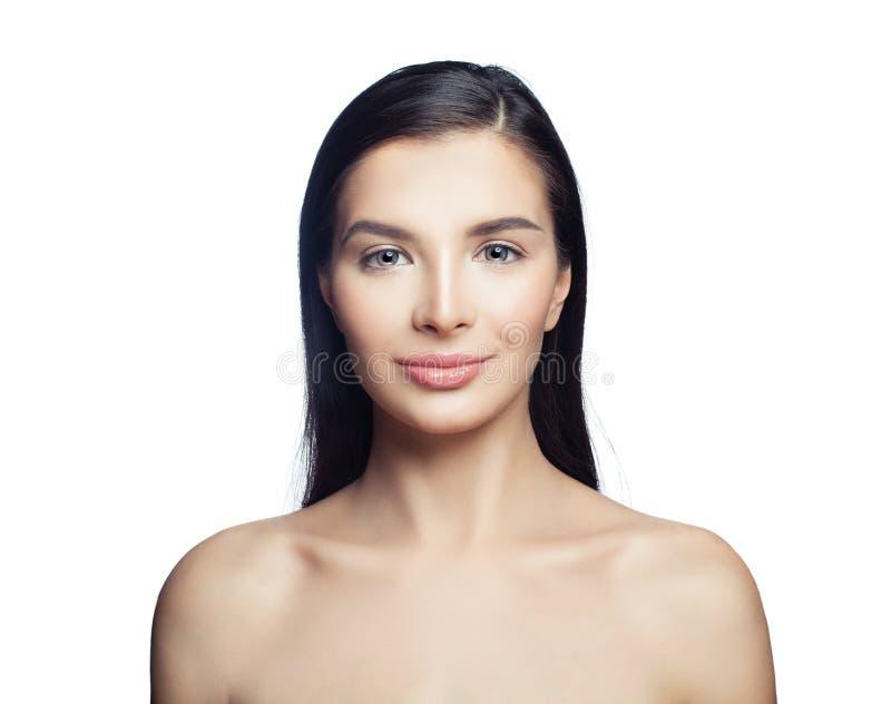 Ung brunettmodellkvinna som isoleras på vit bakgrund Cosmetology, skincare, estetisk medicin och ansikts- behandlingbegrepp arkivfoto