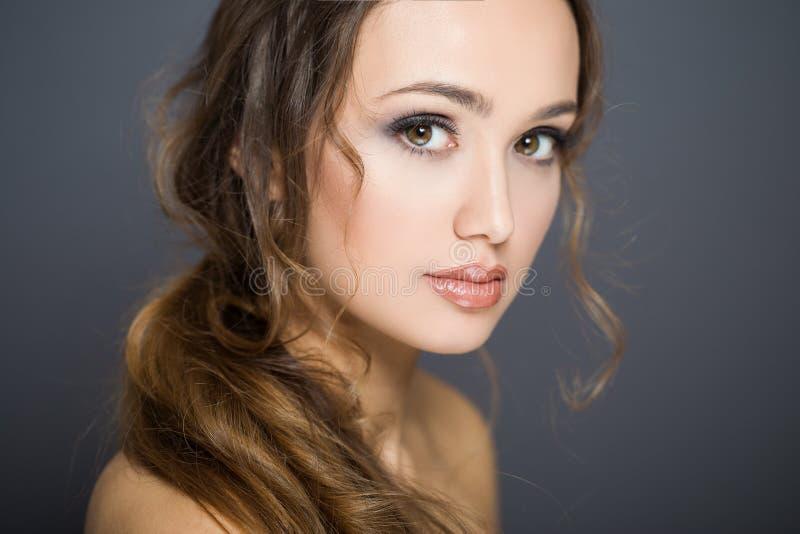Ung brunettskönhetsmedelskönhet royaltyfri fotografi