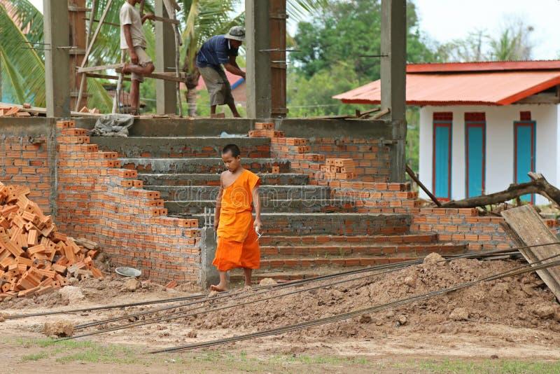 Ung buddistisk novis som rymmer en murslev på tempelkonstruktionssi arkivbilder