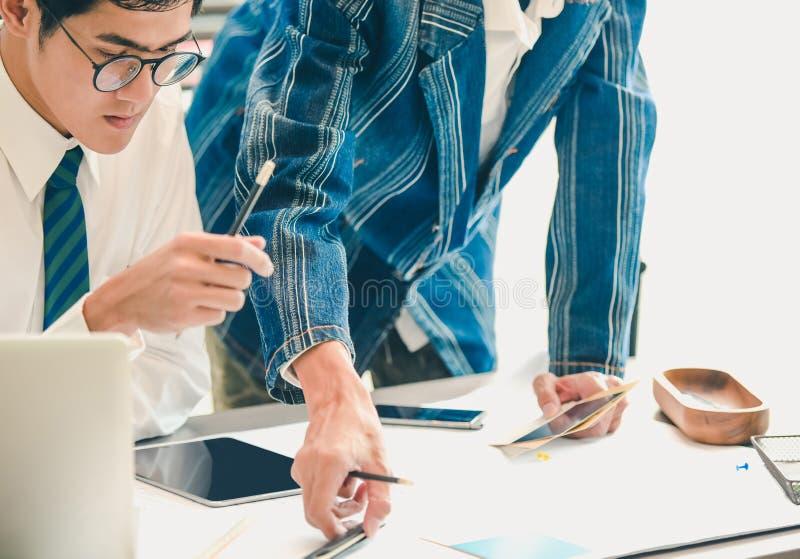 Ung businessmansbesättning som i regeringsställning arbetar med nytt startup projekt royaltyfri bild