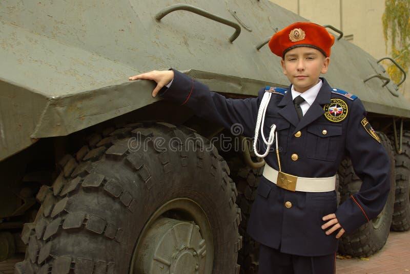 Ung cadet med en armored soldatbärare fotografering för bildbyråer
