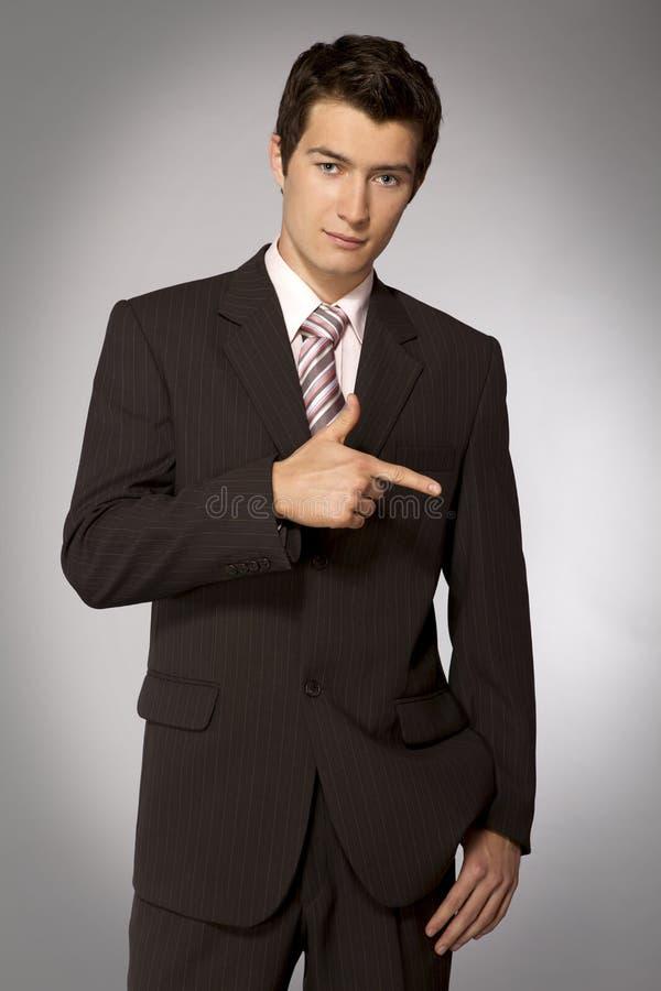 Ung caucasian affärsman som rätt pekar hans finger royaltyfria foton
