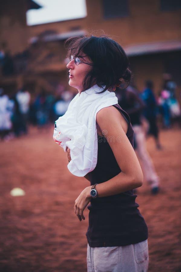 Ung caucasian flickavolontär som bär en vit t-skjorta royaltyfria bilder