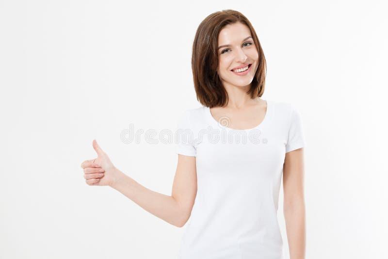 Ung caucasian kvinna i skjortan för mallmellanrum som t visar den stora tummen som isoleras upp på vit bakgrund Lyckligt och fram royaltyfri fotografi