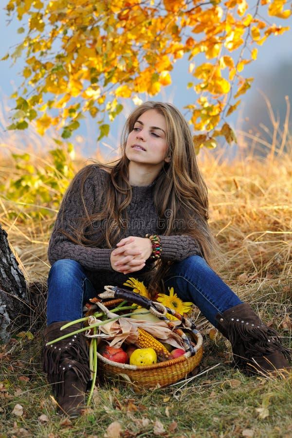 Ung caucasian kvinna som är utomhus- i höst arkivbild