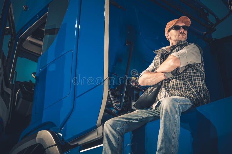 Ung Caucasian lastbilsförare royaltyfria foton