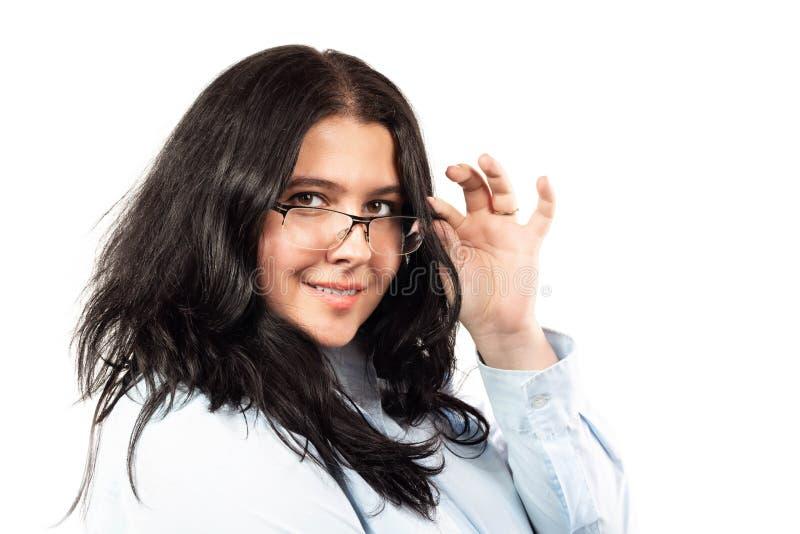 Ung caucasian le brunett för affärskvinna med exponeringsglasståenden som isoleras på vit bakgrund royaltyfri fotografi