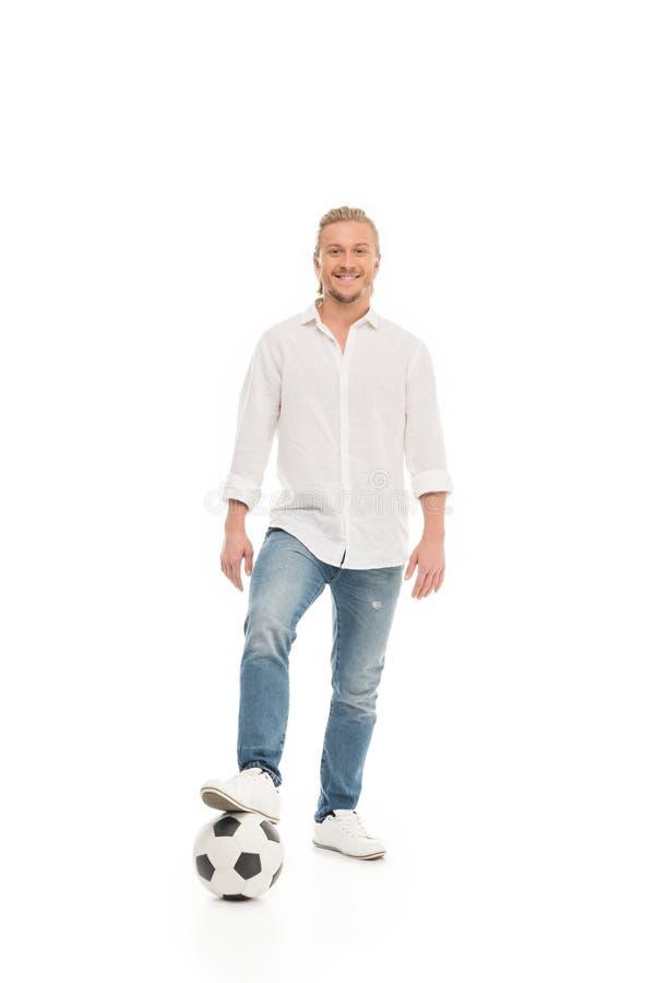 ung caucasian man i tillfälliga kläder med fotbollbollen royaltyfri fotografi
