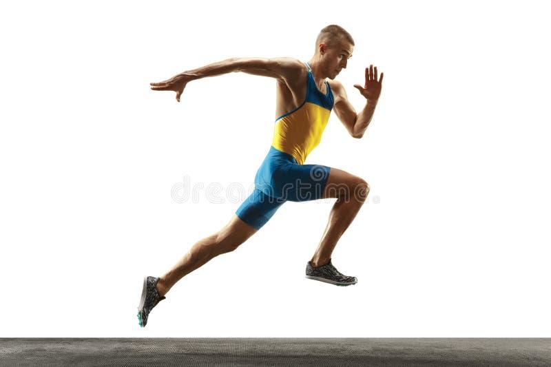 Ung caucasian man som kör eller joggar som isoleras på vit studiobakgrund arkivfoto