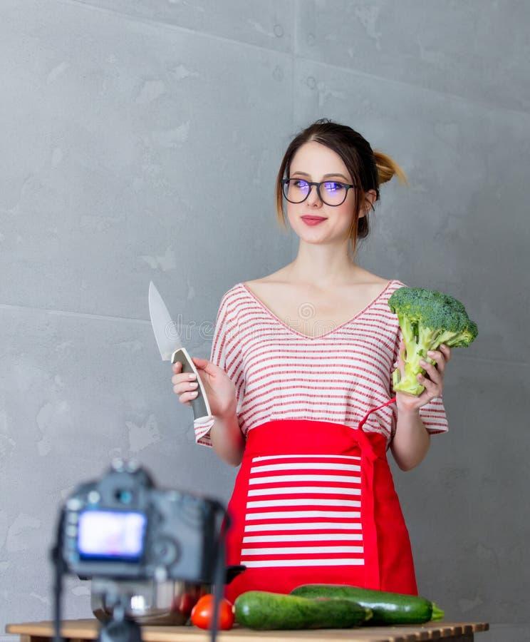 Ung caucasian mat för strikt vegetarian för bloggerkvinnamatlagning arkivbilder