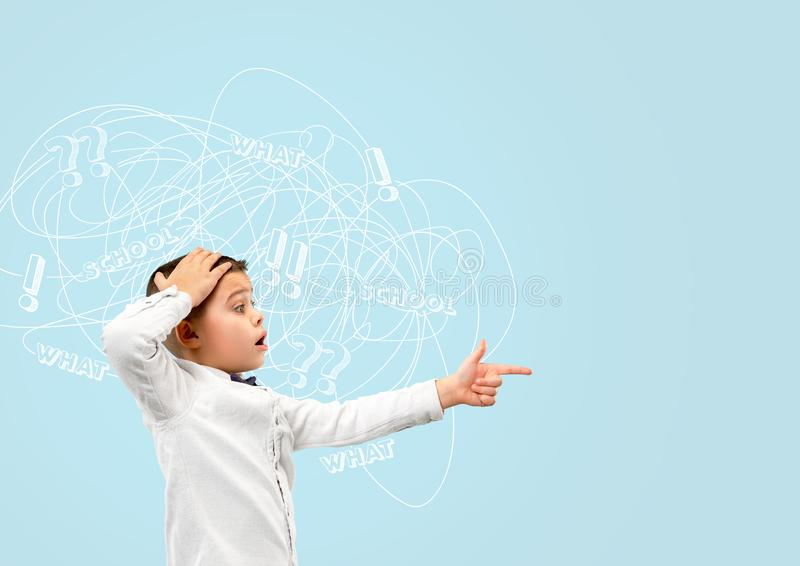 Ung caucasian pojke med blandade tankar arkivbilder
