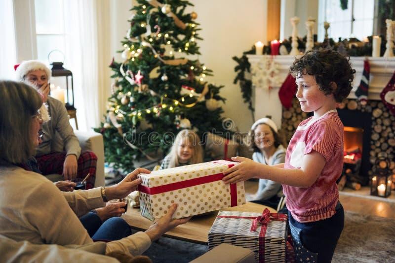 Ung Caucasian pojke med julklappasken arkivfoton