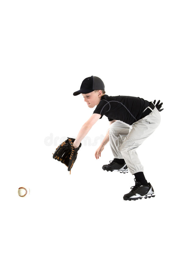 Ung caucasian pojke som fångar en baseball med den backhand- kardan arkivbild