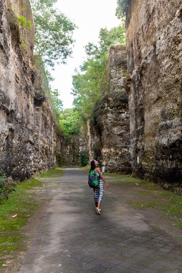 Ung caucasian turist i den härliga Avakas klyftadalen under trekking Landskap som tas på den Cypern ön royaltyfri foto
