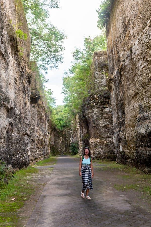 Ung caucasian turist i den härliga Avakas klyftadalen under trekking Landskap som tas på den Cypern ön arkivbilder