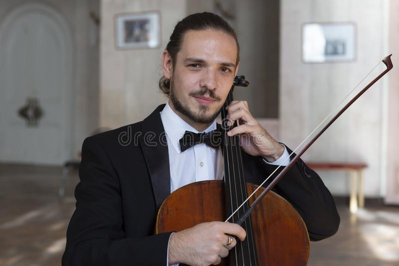 Ung cellist som spelar violoncellen royaltyfria foton