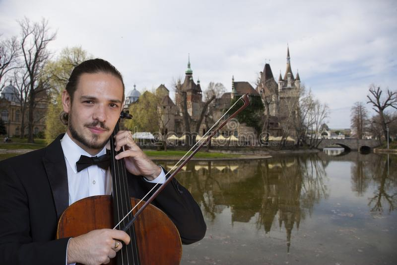 Ung cellist som spelar violoncellen royaltyfri bild