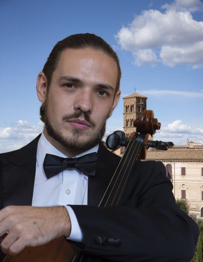 Ung cellist som spelar violoncellen fotografering för bildbyråer