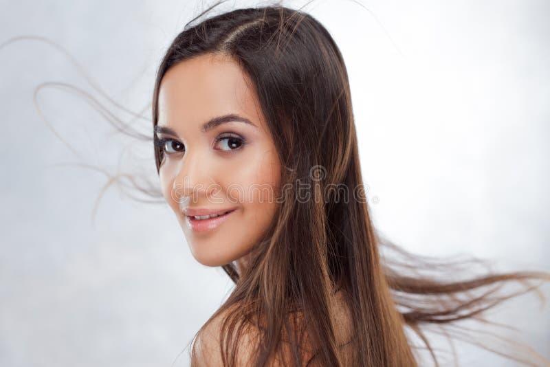 Ung charmig brunett Skönhetstående av en ung härlig kvinna arkivfoton