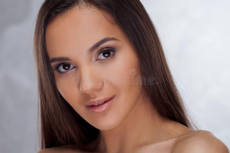 Ung charmig brunett Skönhetstående av en ung härlig kvinna royaltyfri bild
