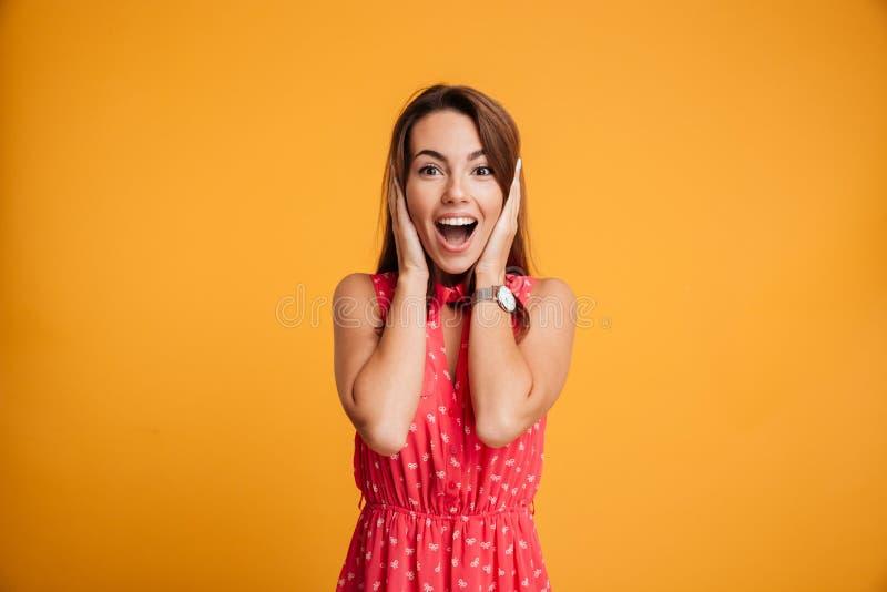Ung charmig brunettkvinna med den lyckliga gick ut emotionella framsidan, arkivbilder